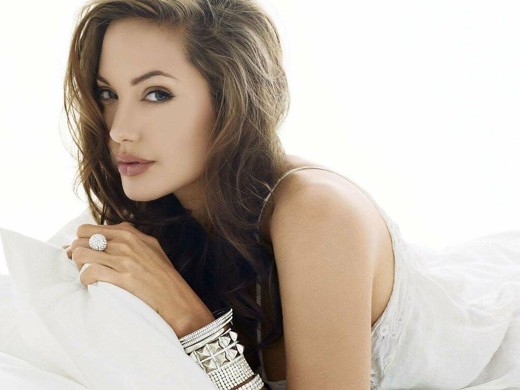 attrice americana famosa foto angelina jolie